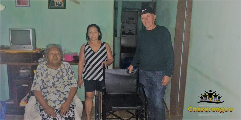 Prefeito Dinda realiza entrega de cadeira de rodas