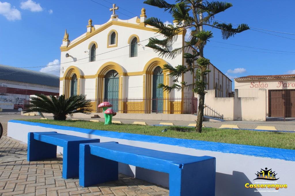Prefeitura realiza nova pintura na Praça da igreja Matriz